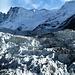 Gletscherbruch des Oberen Eismeers im Sonnenlicht. Darüber Finsteraarhorn und Agassizhorn.