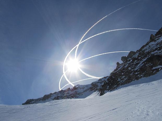 Die Schweizer Luftwaffe webt ihre Kondensstreifen in den Himmel.