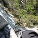 Tiefblick nach der brüchigen Kletterstelle