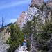 Auf dem Geissstock. Im Hintergrund werden die imposanten, roten Gipfelfelsen sichtbar.
