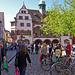 Flanieren vor dem Rathaus