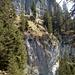 Unterhalb der oberen Felsen führt der Weg vorbei