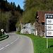 Hier ist die Strasse die Grenze. Links die Schweiz, rechts Frankreich.