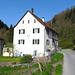 Der Ort Chlösterli, bestehend aus dem Namensgeber links, dem Wohnhaus und dem Kuhstall rechts.
