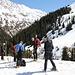 <b>Incontro alcuni sci escursionisti scesi dalla Wildspitze lungo il Taschachferner. Sono molto provati. Scambio qualche chiacchiera e chiedo loro delle informazioni. Sostengono che la lunga discesa sia stata molto faticosa: per circa sei chilometri hanno dovuto spingere a tutta forza con i bastoncini</b>.