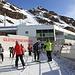 <b>Raggiunta la stazione a monte del Gletscherexpress deposito lo zaino in un armadietto e continuo a sciare sulle piste battute: che goduria!</b>