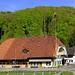 Stattliches Bauernhaus mit Stöckli in Riedwil, am 1. Mai aufgenommen.