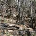 Der in Serpentinen ansteigende Weg ist mit zahlreichen Stützmauern befestigt.