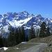 Erst einzeln: Panorama der Spitzenklasse - im Südwesten der Vorderen Üntschenalpe das schroffe Massiv der Hochkünzelspitze