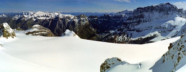 Panorama über´m Claridenfirn. Von der ganz weit am Horizont stehenden Schesaplana bis zum nahen Tödi.