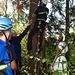 Willi hängt die Seile für die Seilbahn möglichst hoch an den Baum