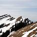 Zum ersten Mal im Blickfeld: Gipfelkreuz (Bildmitte) und links der Gipfel der Beichle 1770m.