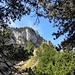Die Hochflue: Der Aufstieg führt rechts am kleinen Schneefeld in der Bildmitte vorbei. Anschliessend geht es sehr steil zu einem gut gestuften Kamin.