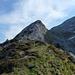 SW-Grat Richtung Schibergsattel - dieser versteckt sich hinter der Felsspitze. Man kann das scharfkantige Schroffengelände über die markante grüne Flanke umgehen und erreicht so sehr bald den Schibergsattel.