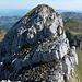 Rückblick auf den kurzen steilen Abstieg (II), welcher vom Schiberg Nordgipfel her kommt. An der bestgeeignetesten Abstiegsstelle hat es sogar noch eine alte blaue Farbmarkierung.