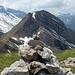 Gipfelsteinmann Rossalpelispitz mit Sicht auf den Zindlenspitz, das letzte Etappenziel von heute.