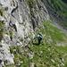 [u Lena] im Aufstieg zur Einsattelung in steilem Schrofengelände. Die Felsen bieten gute Griffe.