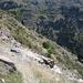 schmaler Pfad durch trockene Berglandschaft