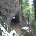 Spannendste Passage der Wanderung: Der Wanderweg aufs Spitzli führt durch einen natürlichen Tunnel