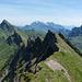 Gratblick über das Chilchli, das Grappenhorn hinüber zum Speer und Mattstock