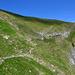 Hier geht's weiter, dem Weg folgend und anschliessend oben den Bergrücken in linker Richtung hinauf