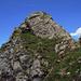 ...jedoch sind die letzten Meter zum Gipfel etwas anspruchsvoller als der Rest der Tour. Etwa ein T4. Am besten direkt die Felsen hochkraxeln.