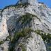 Gestufter Blick vom Ghudlet Gonzen: Im Vordergrund mit der Schweizer-Fahne und zwei Kletterern das Annegretli, am Horizont mit dem Gipfelkreuz der Gonzen