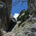 Die Rinne und der gewaltige Klemmblock. Die Gletschergrube befindet sich unter der rechtsseitigen, senkrechten Wand