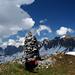 Kunstvoller Steinmann auf dem Tschugga – mit Ausblick auf die ganze Sichelchamm-Gauschla-Kette