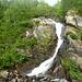 Passiamo sopra un ponte di legno, a fianco di una bella cascata