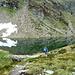 Il sentiero scende al lago dove esce il suo emissario