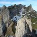 Dort liegt es, das alte Gipfelbuch (Westgipfel Altenalptürm). Links wartet der endlose Hängeten-Grat und der unvergleichliche Hängeten-Ostgipfel