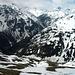 Unter den Felsen auf 2700m hat es eine kleine Ebene wo wir eine Rast einlegten. Man hat einen tollen Tiefblick über die Schneerinne über die wir aufgestiegen waren. Schon tief unten ist das Val Fless zu sehen.
