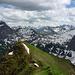 Blick Südost über den grünen Vorgipfel des Hochberg hinweg in die ferner Lechtaler Alpen (mitte) und die südlichen Gipfel des Lechquellengebirges.