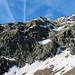 Aufstieg zum Pizzo Campo Tencia - Zustand 12.06.2011:<br />der Aufstieg erfolgt über Geröll/Schnee zum Wasserfall rechts der Bildmitte; dann das Schneefeld in Bildmitte von rechts nach links traversieren, anschließend über Felsen und Schrofen schräg hinauf zm Sattel beim linken Kondensstreifen.