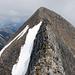 Blick nochmals zurück über den ausgesetzten Grat zur Schlüsselstelle (verdeckt) und schlussendlich zum Gipfelsteinmann auf dem Hoh Brisen.