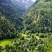 Blick hinunter zu den Häusern von Grund. Durchs Tal der Taferna führt der Stockalperweg weiter Richtung Simplonpass.