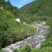 """Der Fluss Isorno heisst hier """"Rio dei Bagni"""". Etwas weiter unten stürzt er sich in der Schweiz in einer wilden Schlucht Richtung Intragna hinunter"""