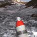 Der Schnee ist vielerorts schwarz vom Russ der Explosionen... (am Horizont der Gipfel)