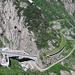 Schöllenen, das sagen- und verkehrsdurchwobene Herz der Schweiz – soeben entknoten sich ein Touricar und ein Lastwagen (ja, die haben Momentan Hochkonjunktur) in minuntenlanger Zirkelarbeit