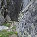 Hier steigt man in die Rinne ein, die erste fiese Stufe versteckt sich im Abstieg in die Rinne. <br />Die Steilheit täuscht, man beachte den Muniring rechts!