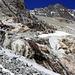 Das Geröllband mit wenigen Schneeresten, durch welches man die Gletscherschlifffelsen mühelos überwindet.<br /><br />Am Horizont ist der namenlose Gipfel P.3620m auf dem Nesthorn-Südostgrat.