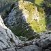 Rückblick im Kamin, klassischer III. Grad, 25m ungestufte Kletterei, aber schön griffiger und fester Fels. Gut machbar, wenn man das entsprechende Können und kühles Blut hat. Weiter unten gut sichtbar die Aufstiegsroute über den Grat, der Licht und Schatten trennt.