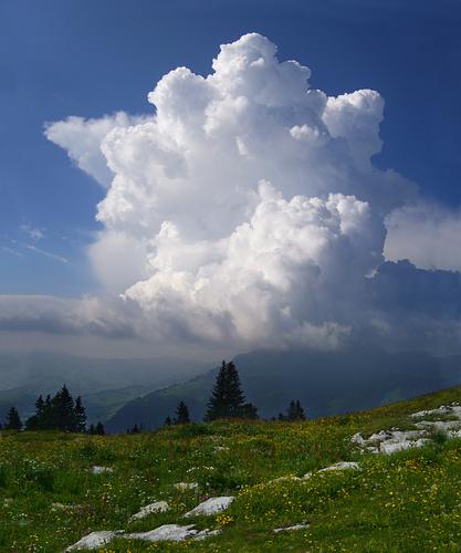 Gewitter entwickelt sich auf der anderen Talseite