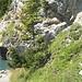 Nach der Abzweigung vom Wanderweg,geht es um diesen Felsen herum.Die Ansicht ist vom See aus zurück