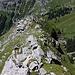 Ein Grasgrat mit grossen blockigen Kalksteinen leitet auf den luftigen Ful Berg (2074m).