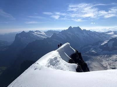 Am Gipfelgrat, im Hintergrund Schreckhorn/Lauteraarhorn Verbindungsgrat