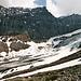 """Der mächtige Bifertenstock mit seiner 1000 m hohen Nordwestwand. Unten am Fuß der Wand das charakteristische gelbliche Gestein aus Röti-Dolomit, dass durch die ganze Felsarenea zieht, kurz unterm Bifertenfirn verschwindet, auf der anderen Seite -als """"Gelbe Wand"""" bekannt- wieder auftaucht und sich weiter um den Tödi legt."""