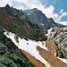 Blick zur gut getarnten Grünhornhütte. Darüber der Tödi, der nicht einfach nur ein Gipfel, sondern ein Bergmassiv ist.