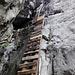 Zahlreiche Leitern führen durch das tiefe Couloir in die Höhe